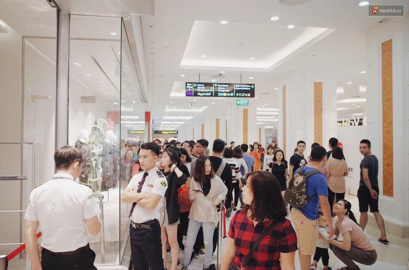 Sau ngày khai trương, store H&M Hà Nội bớt đông đúc nhưng khách vẫn xếp hàng dài chờ vào mua sắm - Ảnh 4.