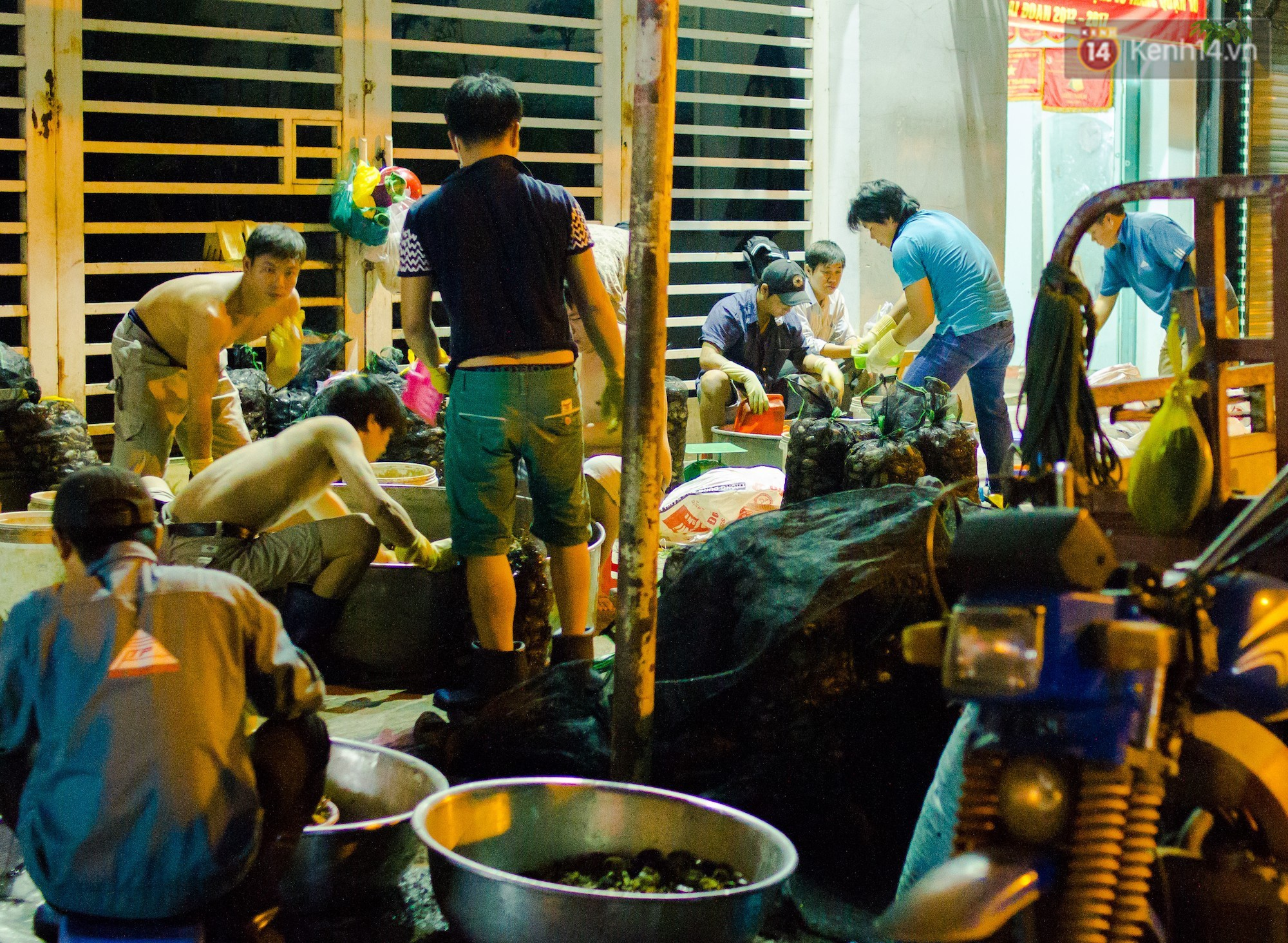 Chợ cua đặc biệt ở Sài Gòn: Suốt 50 năm chỉ tụ họp buôn bán lúc nửa đêm - Ảnh 2.