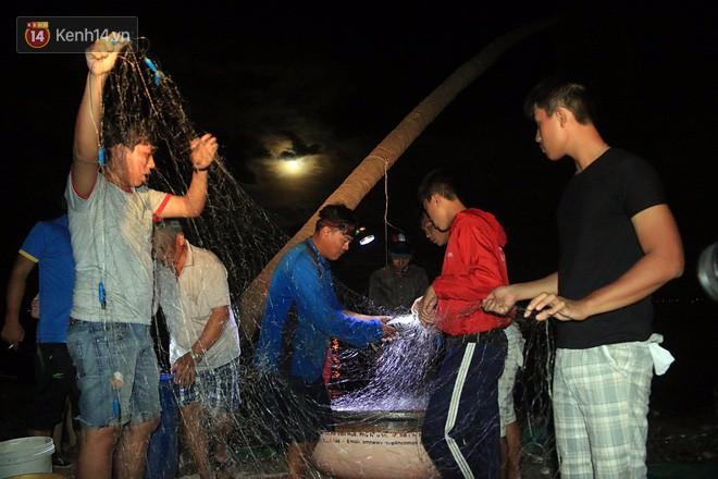 Hai ngày sau khi cơn bão số 12 đi qua, người dân Khánh Hòa vẫn chật vật sống trong bóng đêm vì mất điện - Ảnh 15.