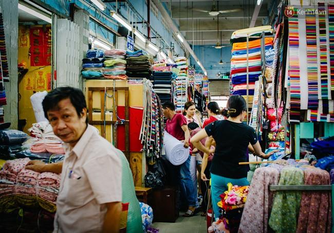 Chùm ảnh: Ghé thăm chợ Soái Kình Lâm - thiên đường vải vóc lâu đời và nhộn nhịp nhất ở Sài Gòn - Ảnh 2.