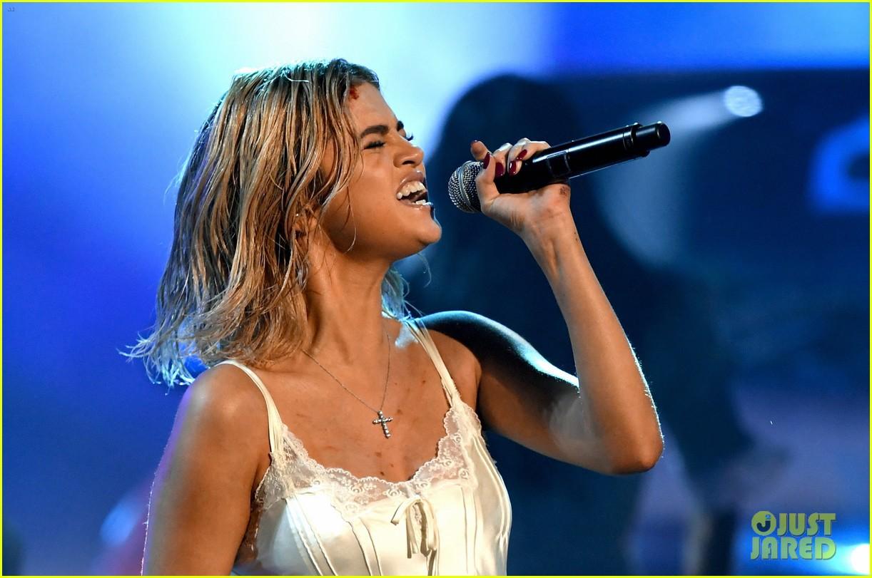 Clip: Lần đầu vàng hoe trên sân khấu nhưng Selena Gomez kém lung linh hẳn vì tóc bết - Ảnh 3.