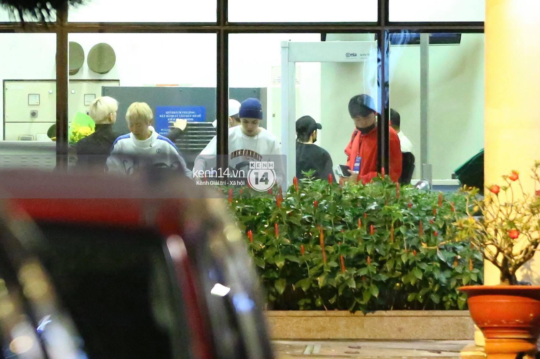 Hình ảnh đối lập: Kết thúc MAMA, Samuel khí thế vẫy tay chào fan Việt, Wanna One ngủ say mặc kệ người hâm mộ - Ảnh 16.