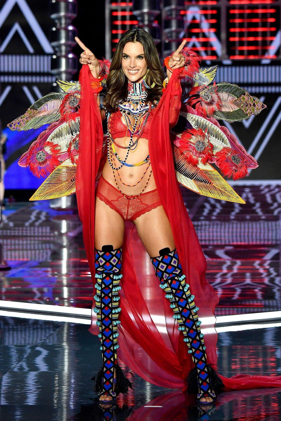 Victorias Secret Fashion Show 2017 bị chỉ trích vì phát sóng nguyên màn vồ ếch của Ming Xi và bạc bẽo với thiên thần kỳ cựu - Ảnh 3.