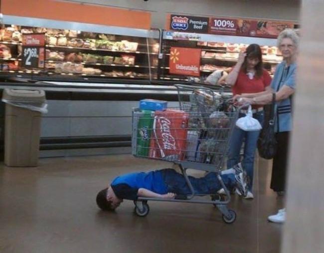 Nỗi khổ tâm của những ông bố, bà mẹ phải cho con đi shopping cùng - Ảnh 3.