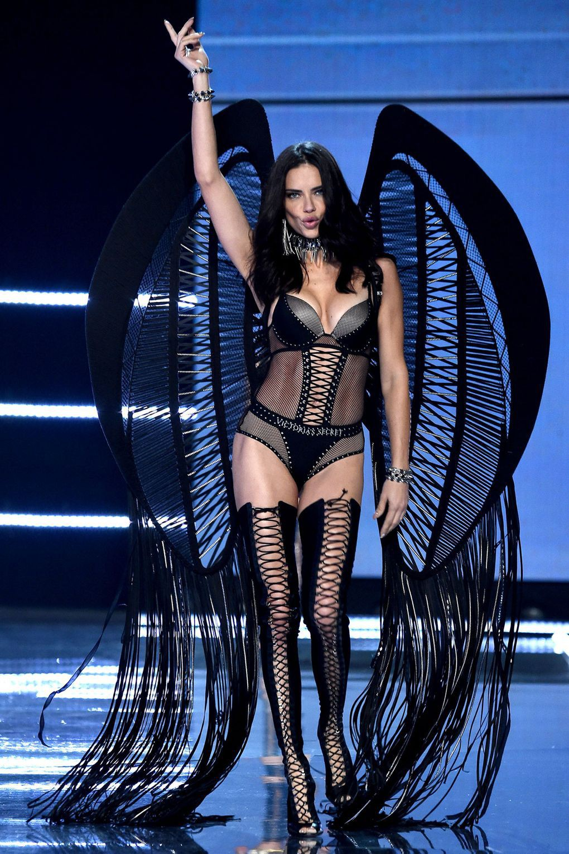 Bỏ theo dõi Instagram của Victoria's Secret cùng hàng loạt thiên thần, chị Đại Adriana Lima ẩn ý việc rời hãng? - Ảnh 1.