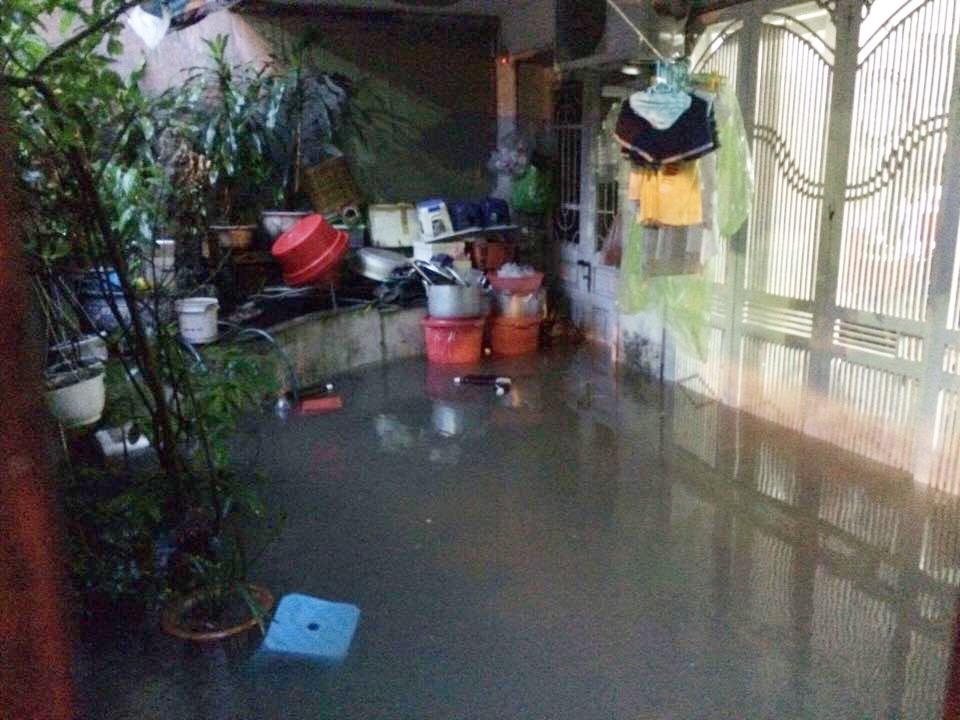 Chùm ảnh: Hà Nội ngập nặng sau cơn mưa chiều tối, đời sống người dân đảo lộn - Ảnh 5.