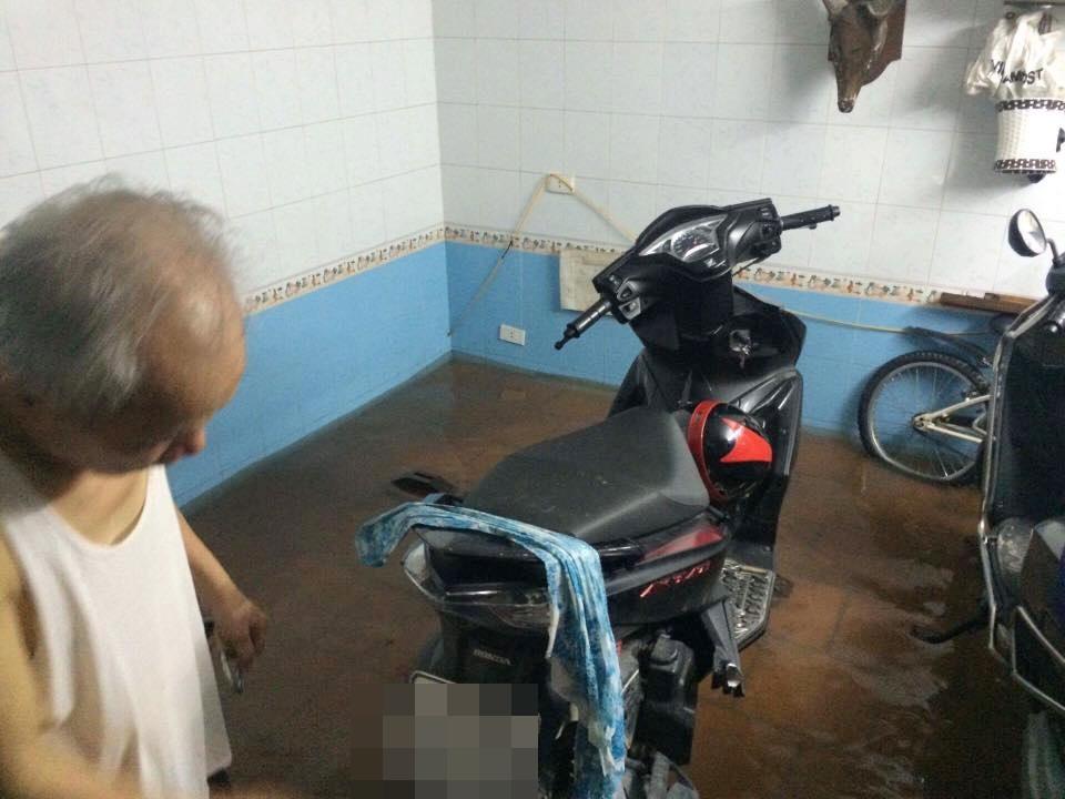 Chùm ảnh: Hà Nội ngập nặng sau cơn mưa chiều tối, đời sống người dân đảo lộn - Ảnh 6.