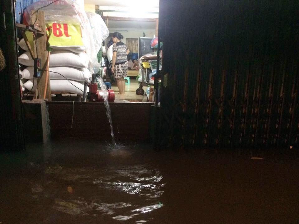 Chùm ảnh: Hà Nội ngập nặng sau cơn mưa chiều tối, đời sống người dân đảo lộn - Ảnh 9.