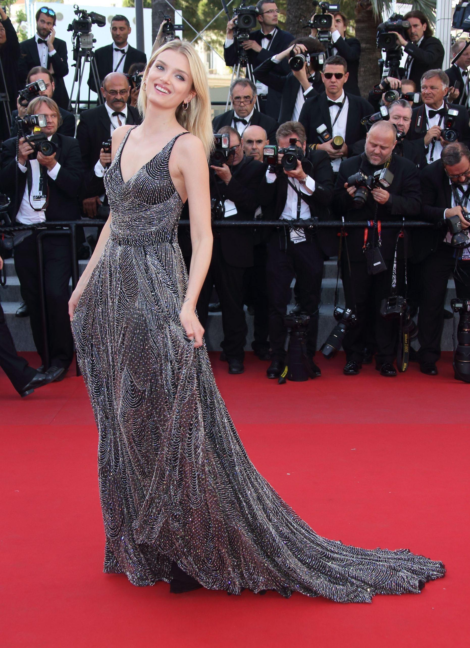 Đây chính là 16 bộ xiêm y đẹp không thể quên trong lịch sử thảm đỏ LHP Cannes - Ảnh 12.