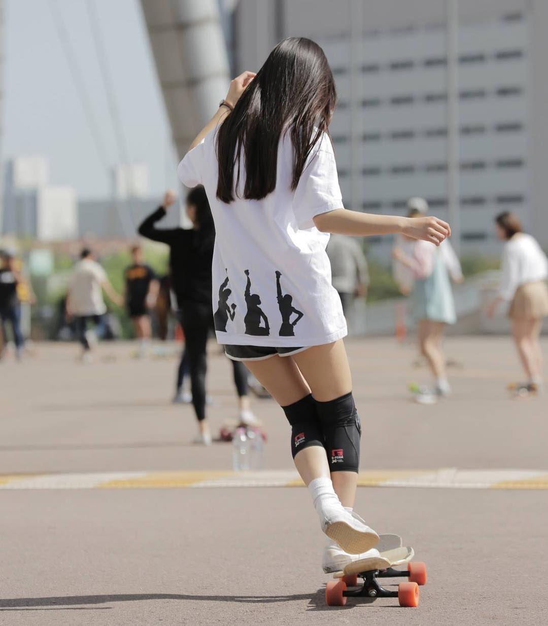 Trượt ván thôi cũng xinh, cô bạn Hàn Quốc thu hút cả triệu lượt xem