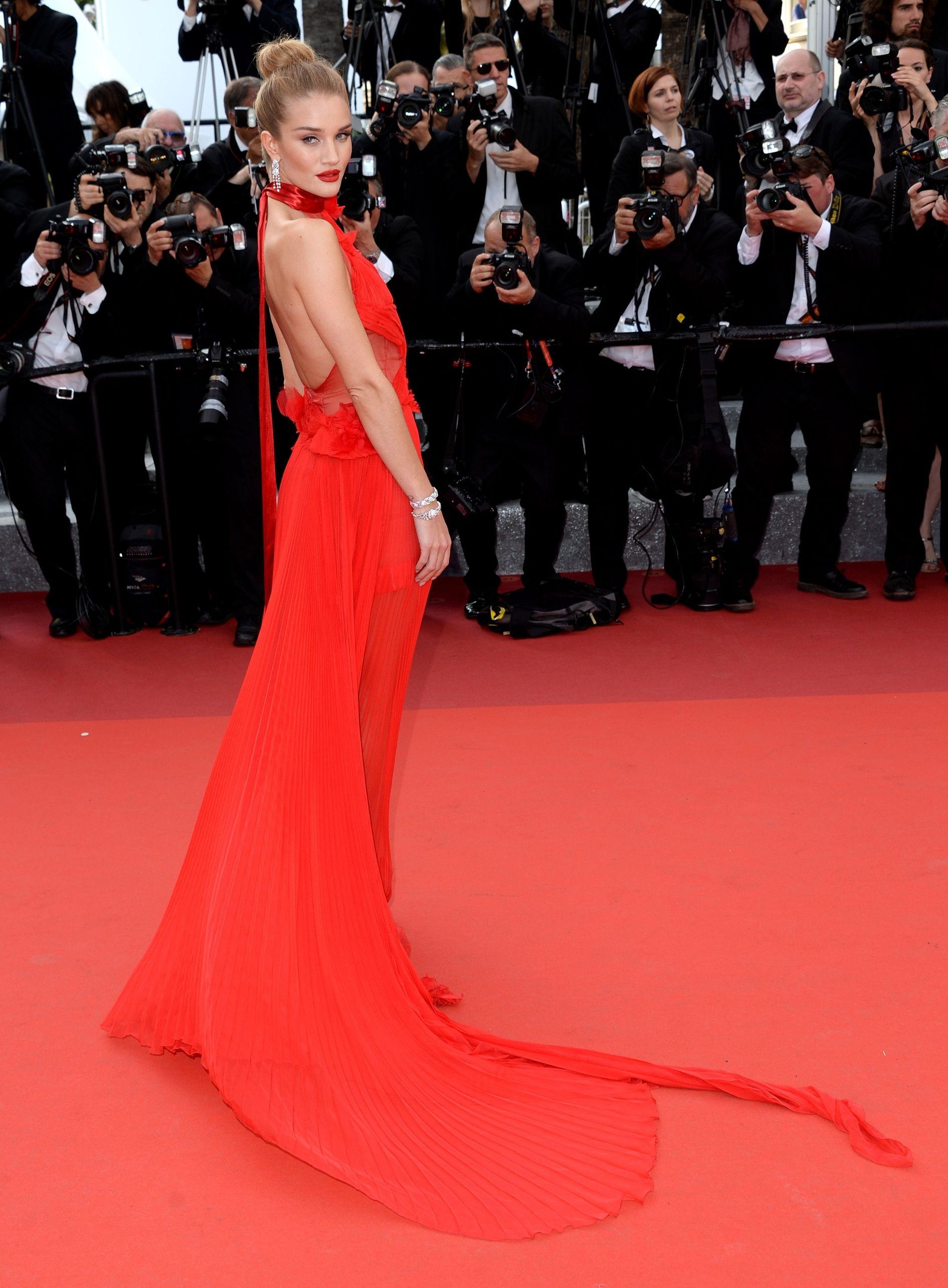 Đây chính là 16 bộ xiêm y đẹp không thể quên trong lịch sử thảm đỏ LHP Cannes - Ảnh 8.