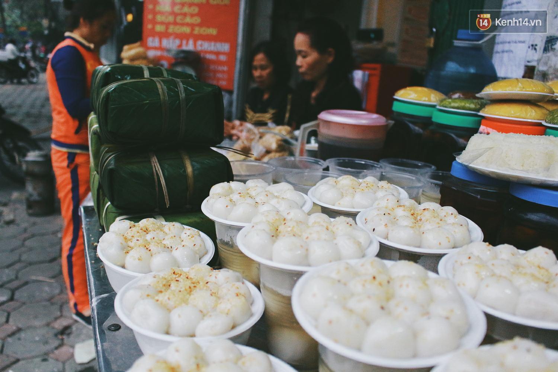 Người Hà Nội dậy sớm, xếp hàng chờ mua bánh trôi bánh chay đón Tết Hàn thực - Ảnh 10.