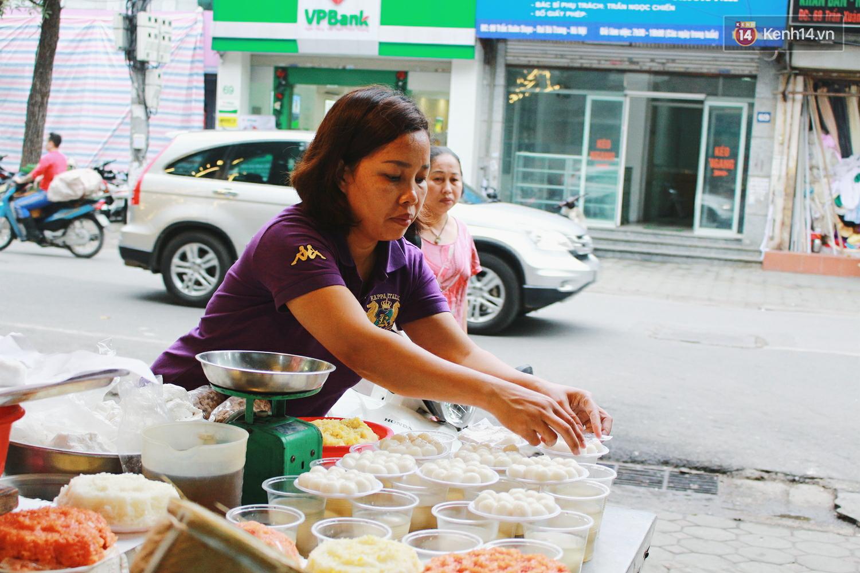 Người Hà Nội dậy sớm, xếp hàng chờ mua bánh trôi bánh chay đón Tết Hàn thực - Ảnh 8.