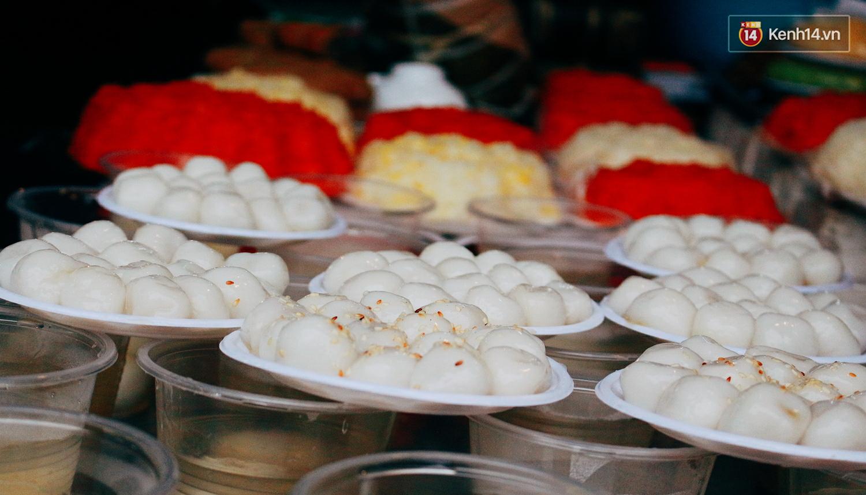 Người Hà Nội dậy sớm, xếp hàng chờ mua bánh trôi bánh chay đón Tết Hàn thực - Ảnh 5.