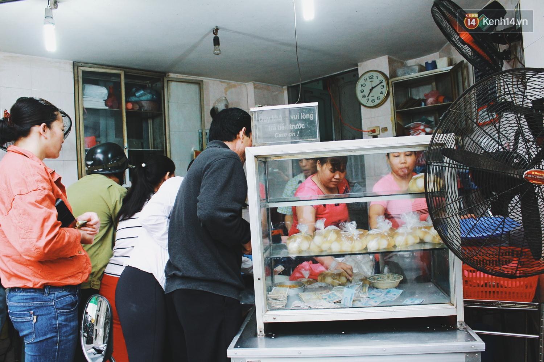 Người Hà Nội dậy sớm, xếp hàng chờ mua bánh trôi bánh chay đón Tết Hàn thực - Ảnh 13.