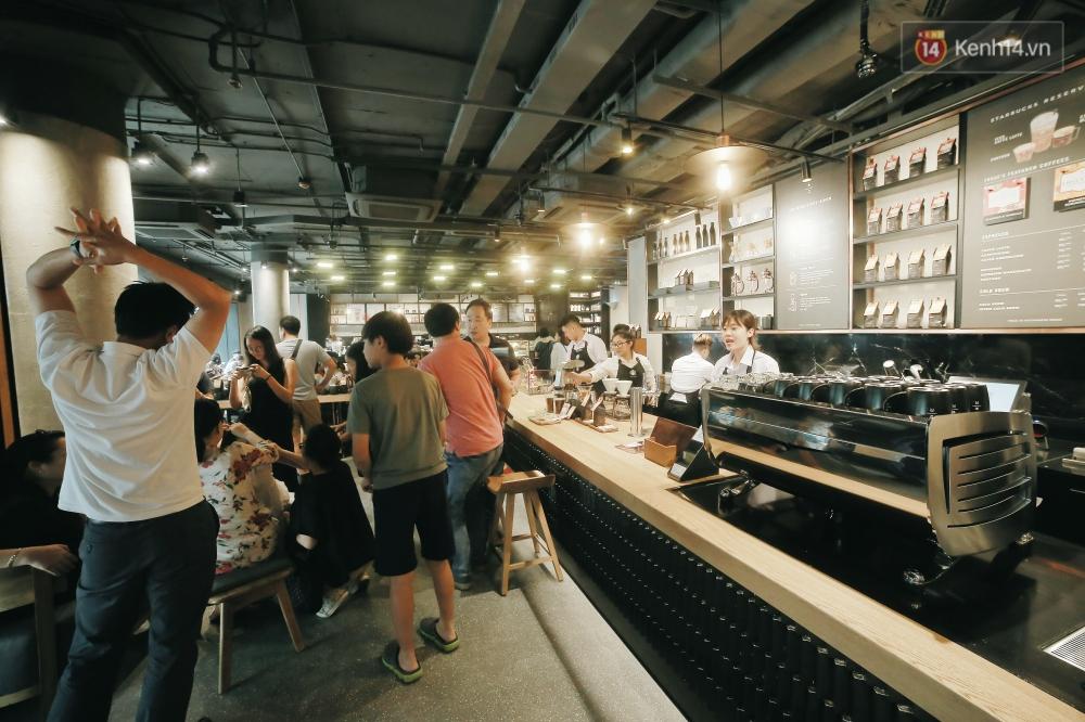 Một quán Starbucks hoành tráng đã thay thế Highlands Nhà Thờ - nơi bao hot boy, hot girl Hà Nội đã từng check-in! - Ảnh 2.