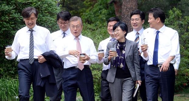 Tổng thống Hàn Quốc gây ấn tượng bởi hàng loạt hình ảnh gần gũi và bình dị đến nhường này - Ảnh 2.