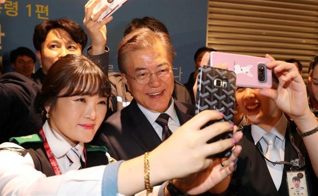 Tổng thống Hàn Quốc gây ấn tượng bởi hàng loạt hình ảnh gần gũi và bình dị đến nhường này - Ảnh 5.
