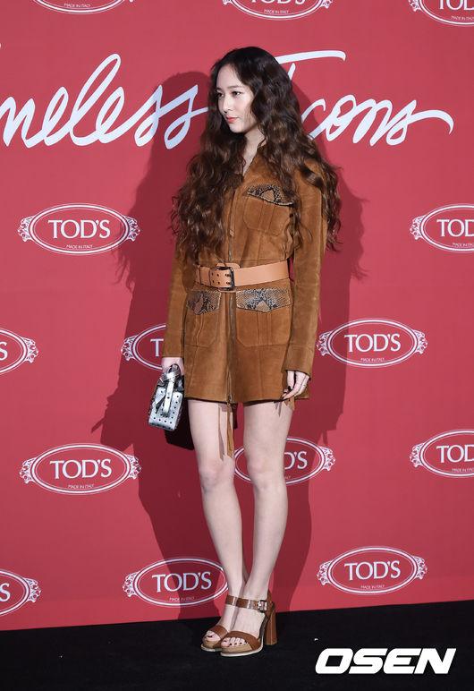 Krystal khoe tóc xoăn đẹp như nữ thần, cùng Jessica sang chảnh dự sự kiện - Ảnh 3.
