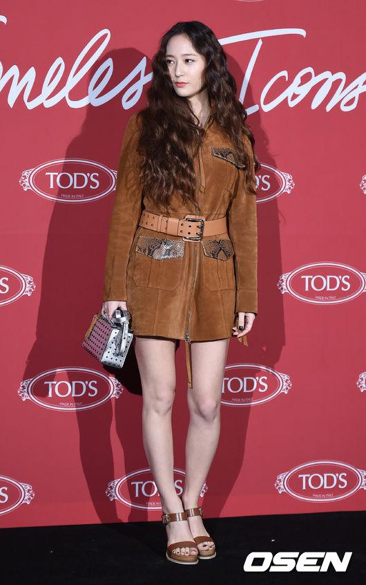 Krystal khoe tóc xoăn đẹp như nữ thần, cùng Jessica sang chảnh dự sự kiện - Ảnh 2.