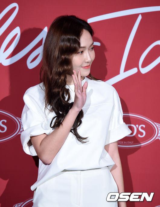 Krystal khoe tóc xoăn đẹp như nữ thần, cùng Jessica sang chảnh dự sự kiện - Ảnh 9.