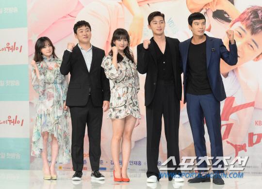 Hậu Third-Rate My Way, Park Seo Joon và Kim Ji Won sẽ kết hôn? - Ảnh 9.