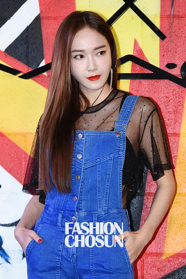 Jessica trở lại thời kỳ đỉnh cao nhan sắc, song lại... quá sến so với đàn chị và dàn người đẹp Hàn - Ảnh 6.