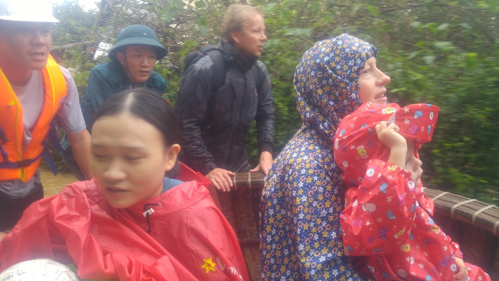 Dùng thuyền thúng cứu 2 mẹ con người nước ngoài ra khỏi căn nhà ngập lụt ở Hội An - Ảnh 2.