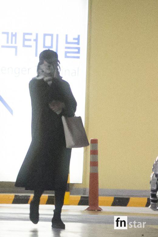 Clip: Song Joong Ki và Song Hye Kyo về nước sau tuần trăng mật, nhưng sao xa cách thế này? - Ảnh 9.