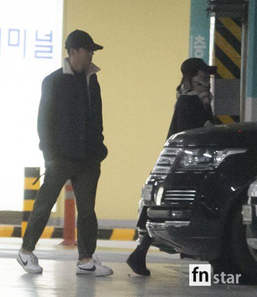 Clip: Song Joong Ki và Song Hye Kyo về nước sau tuần trăng mật, nhưng sao xa cách thế này? - Ảnh 8.