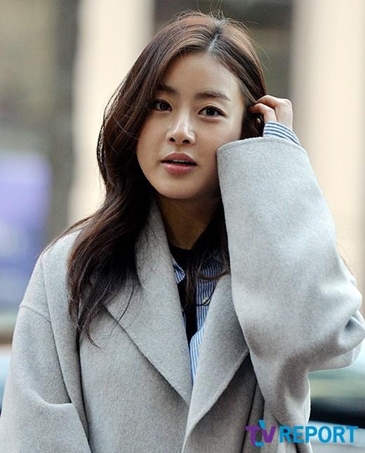 Không thể phủ nhận rằng nhan sắc của Kang Sora được chú ý hơn là nhờ tin tức cô hẹn hò với tài tử đình đám Hyun Bin