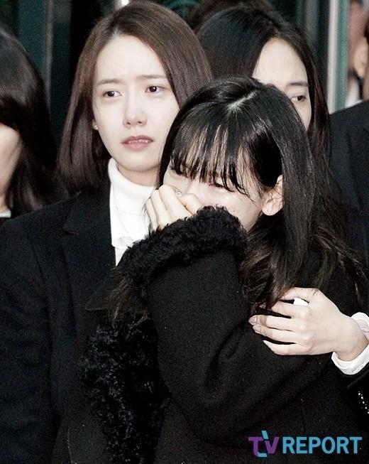 Trong tang lễ Jonghyun, có những người cố nín khóc: Anh cứ an tâm ra đi, chúng em ở lại sẽ cố thay anh mạnh mẽ - Ảnh 18.