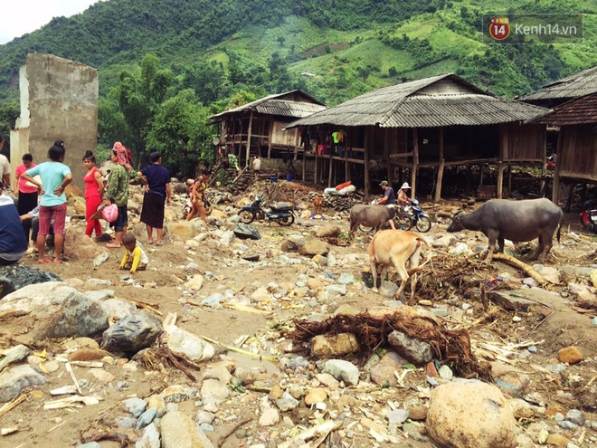 Tình người trong lũ dữ Mù Cang Chải: Chiến sĩ ăn mì tôm sống, vác gạo vượt hàng chục km đường rừng giúp đỡ bà con - Ảnh 3.