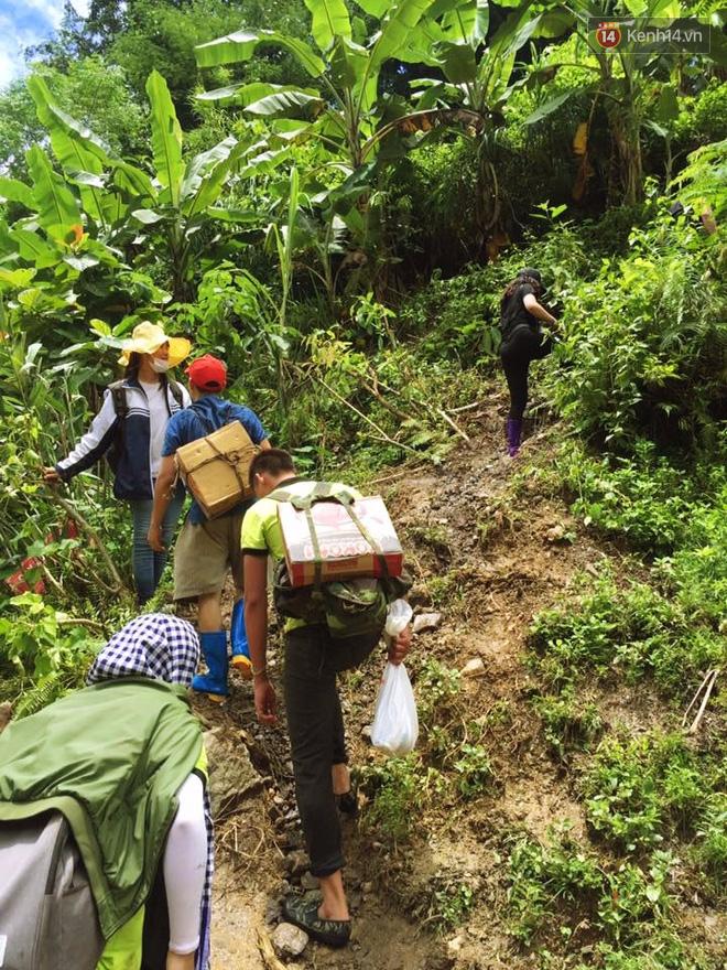 Tình người trong lũ dữ Mù Cang Chải: Chiến sĩ ăn mì tôm sống, vác gạo vượt hàng chục km đường rừng giúp đỡ bà con - Ảnh 8.