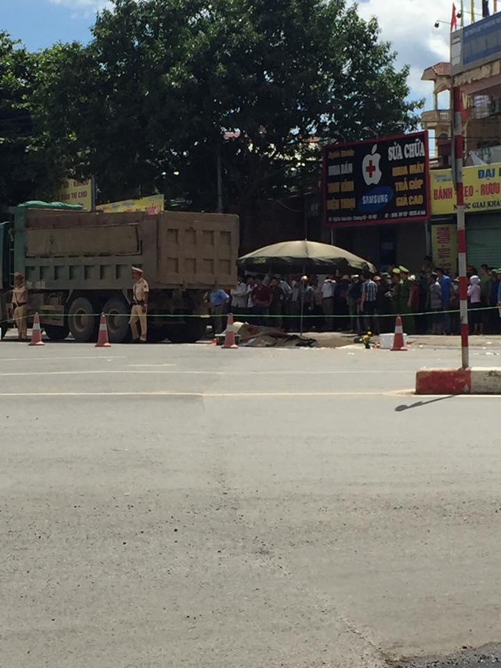 Hà Nội: Va chạm với xe tải, 3 người bị cán tử vong thương tâm - Ảnh 1.