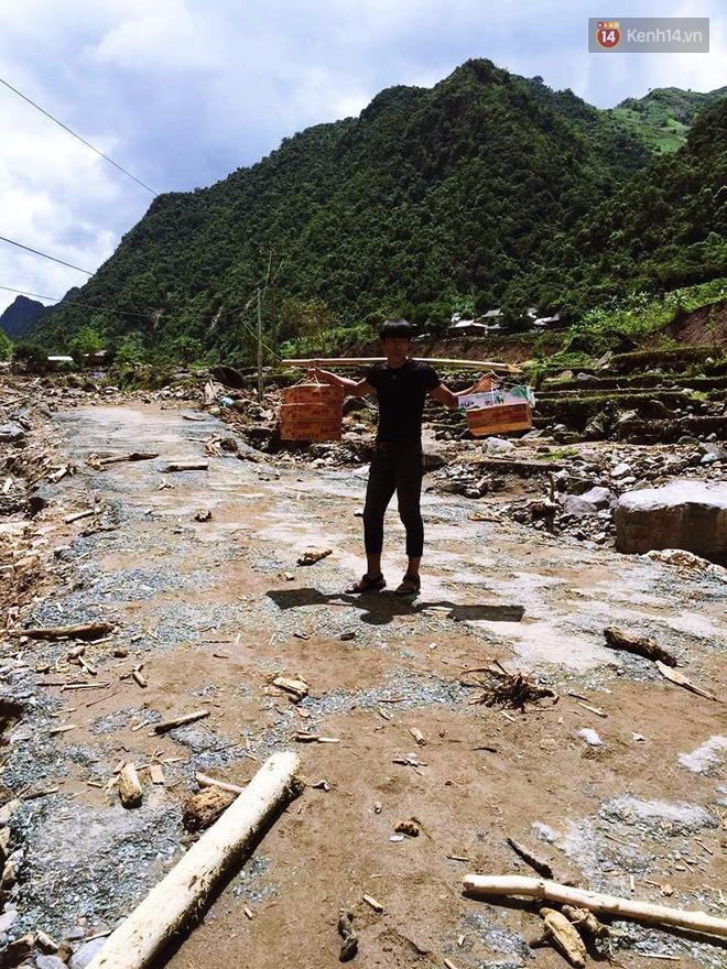 Tình người trong lũ dữ Mù Cang Chải: Chiến sĩ ăn mì tôm sống, vác gạo vượt hàng chục km đường rừng giúp đỡ bà con - Ảnh 10.
