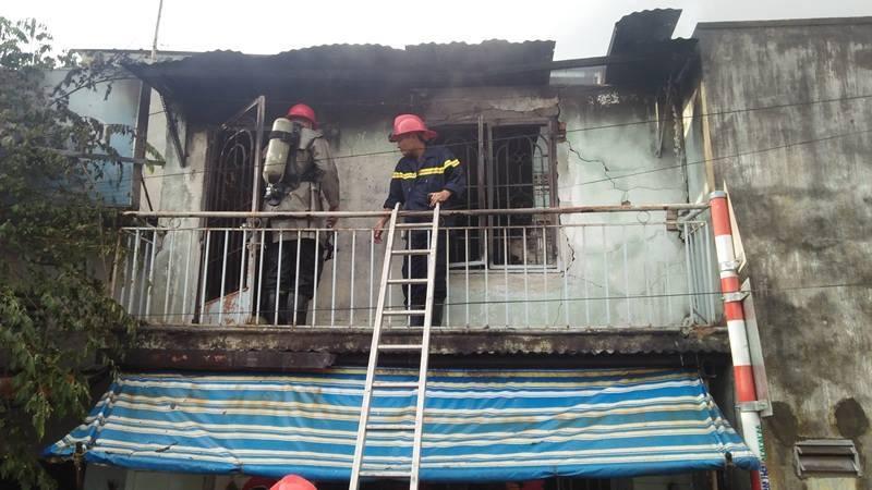 Bà bồng cháu 2 tuổi chạy thoát thân khỏi căn nhà bốc cháy dữ dội ở Sài Gòn - Ảnh 2.
