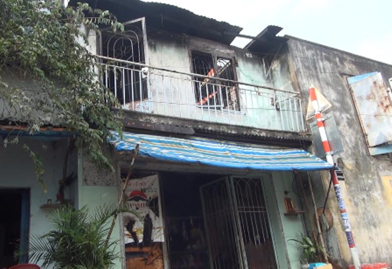 Bà bồng cháu 2 tuổi chạy thoát thân khỏi căn nhà bốc cháy dữ dội ở Sài Gòn - Ảnh 3.
