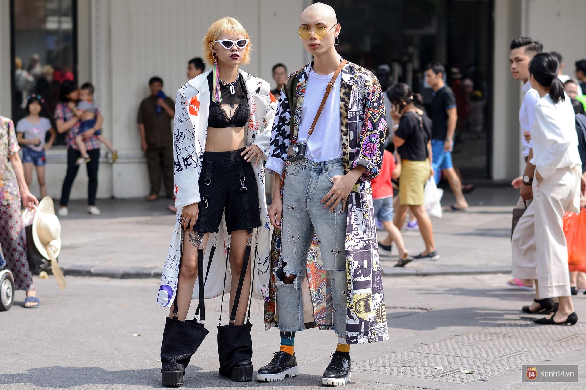 Street style ngày đầu VIFW: Giới trẻ Hà Nội ăn vận lồng lộn hơn hẳn năm trước, các nhóc tì mặc chất gây bão phố đi bộ - Ảnh 14.