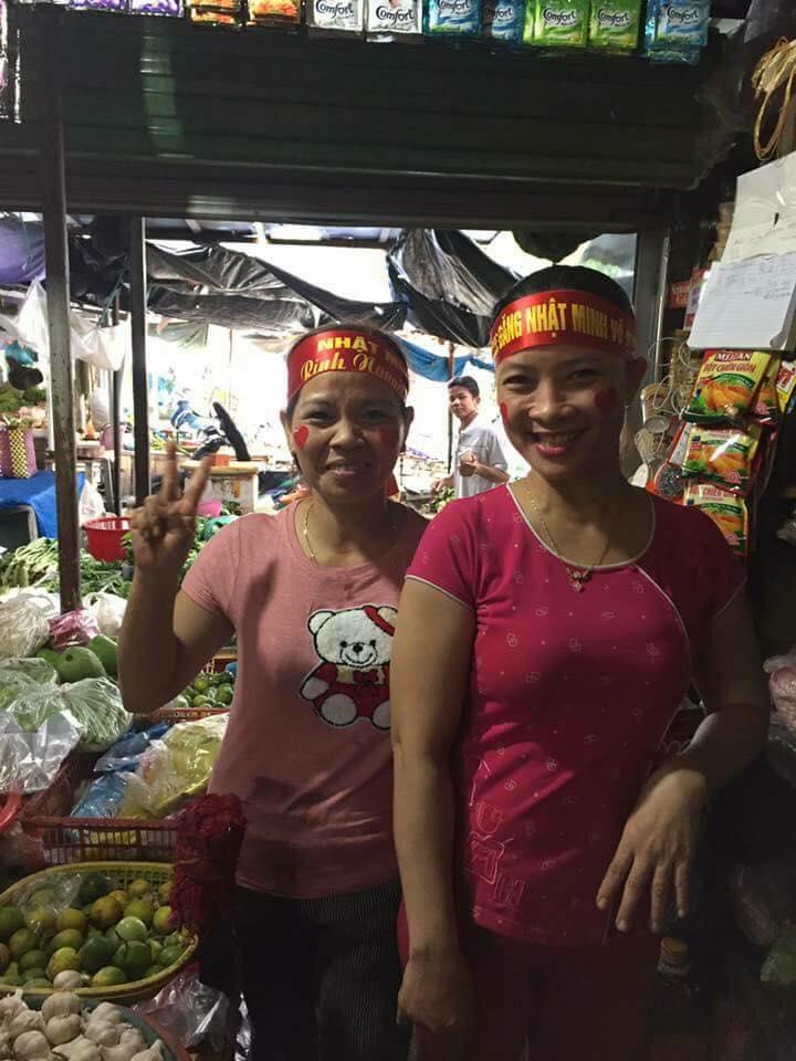 Cô bán cá, dì bán thịt - những cổ động viên đặc biệt và dễ thương nhất của Nhật Minh ở Olympia - Ảnh 2.