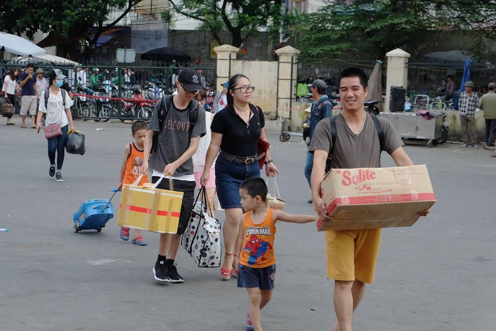 Kết thúc kỳ nghỉ lễ, người dân lỉnh kỉnh đồ đạc, mang theo trẻ nhỏ ùn ùn trở lại Hà Nội và Sài Gòn - Ảnh 4.
