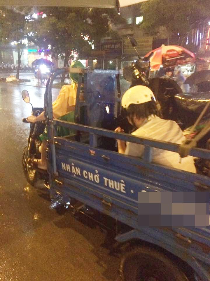 Câu chuyện đẹp giữa lòng Sài Gòn: Người đàn ông chạy SH dừng dưới mưa 40 phút bên nam thanh niên say xỉn - Ảnh 3.