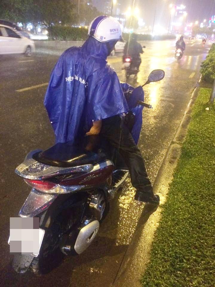 Câu chuyện đẹp giữa lòng Sài Gòn: Người đàn ông chạy SH dừng dưới mưa 40 phút bên nam thanh niên say xỉn - Ảnh 4.