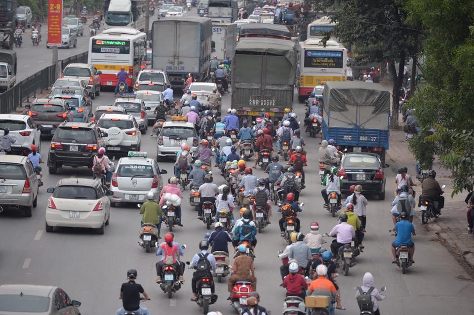 Kết thúc kỳ nghỉ lễ, người dân lỉnh kỉnh đồ đạc, mang theo trẻ nhỏ ùn ùn trở lại Hà Nội và Sài Gòn - Ảnh 14.
