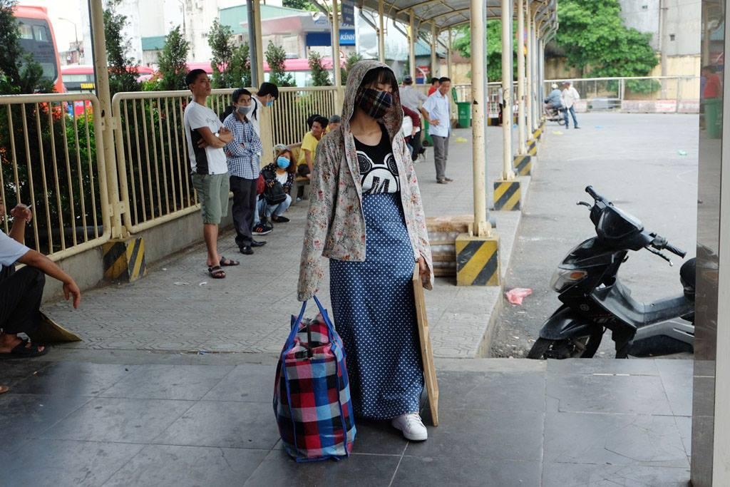 Kết thúc kỳ nghỉ lễ, người dân lỉnh kỉnh đồ đạc, mang theo trẻ nhỏ ùn ùn trở lại Hà Nội và Sài Gòn - Ảnh 5.