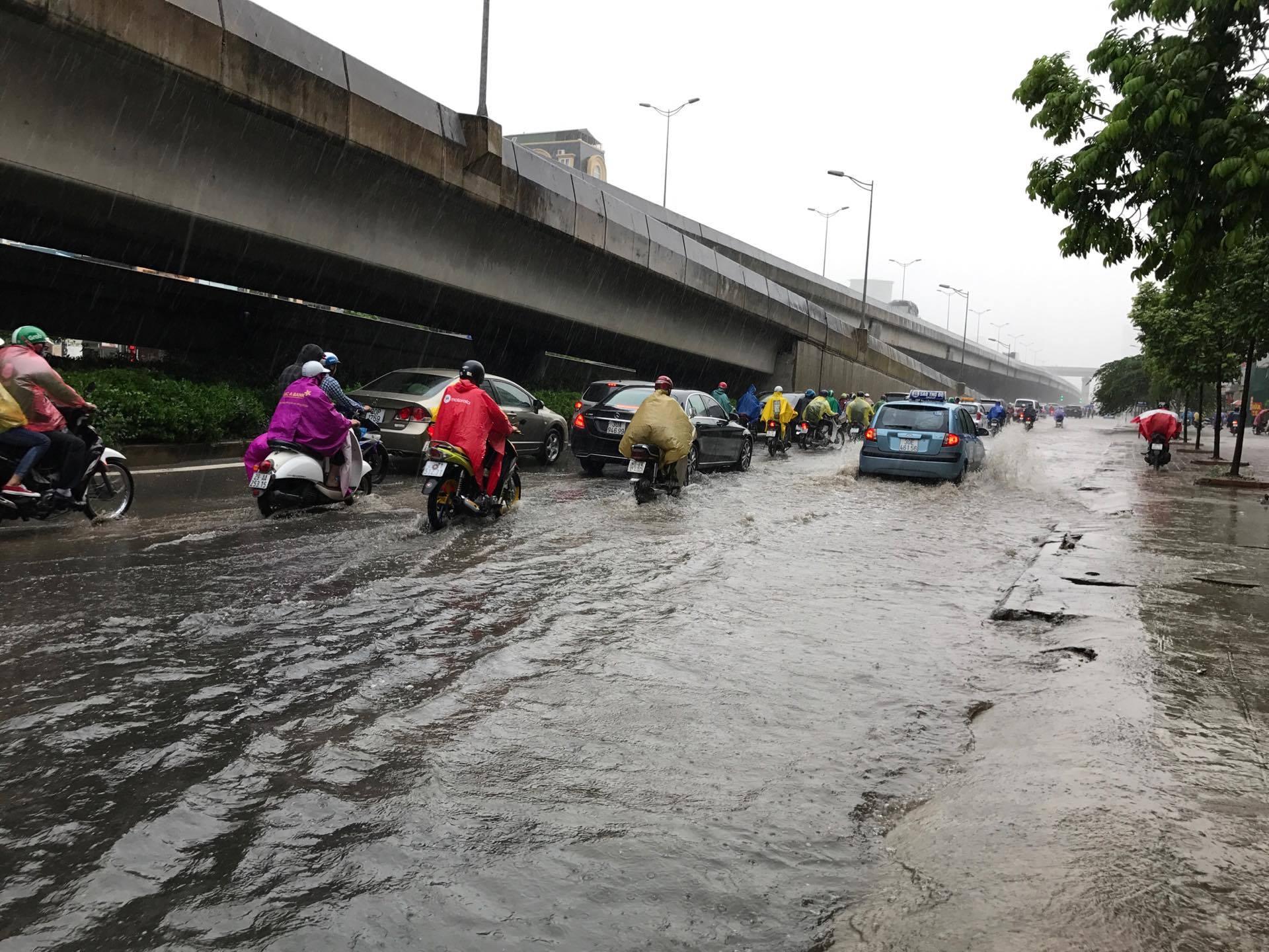 Người dân từ các tỉnh đổ về Thủ đô chật vật di chuyển trong mưa lớn sau kì nghỉ lễ kéo dài - Ảnh 12.