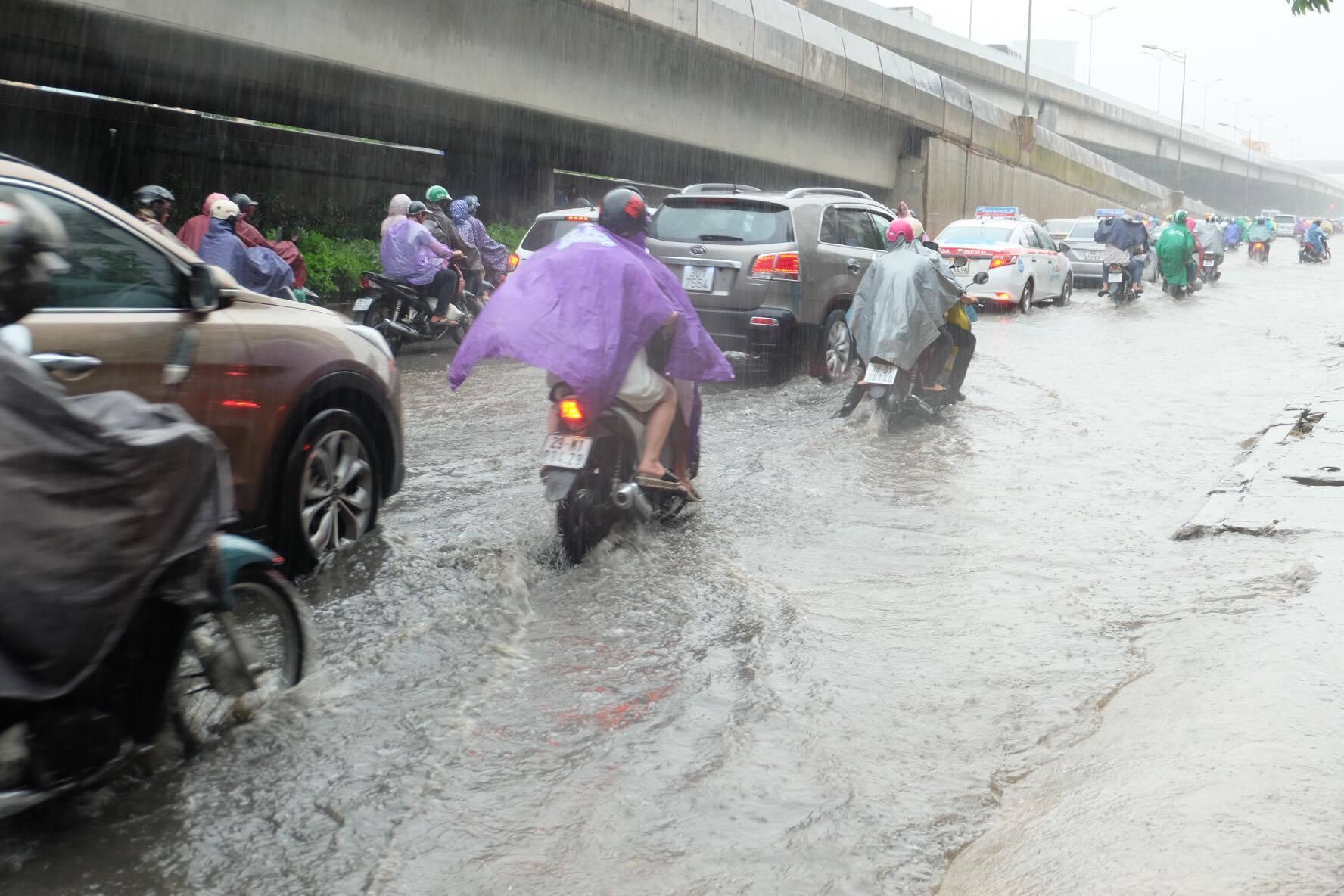 Người dân từ các tỉnh đổ về Thủ đô chật vật di chuyển trong mưa lớn sau kì nghỉ lễ kéo dài - Ảnh 11.