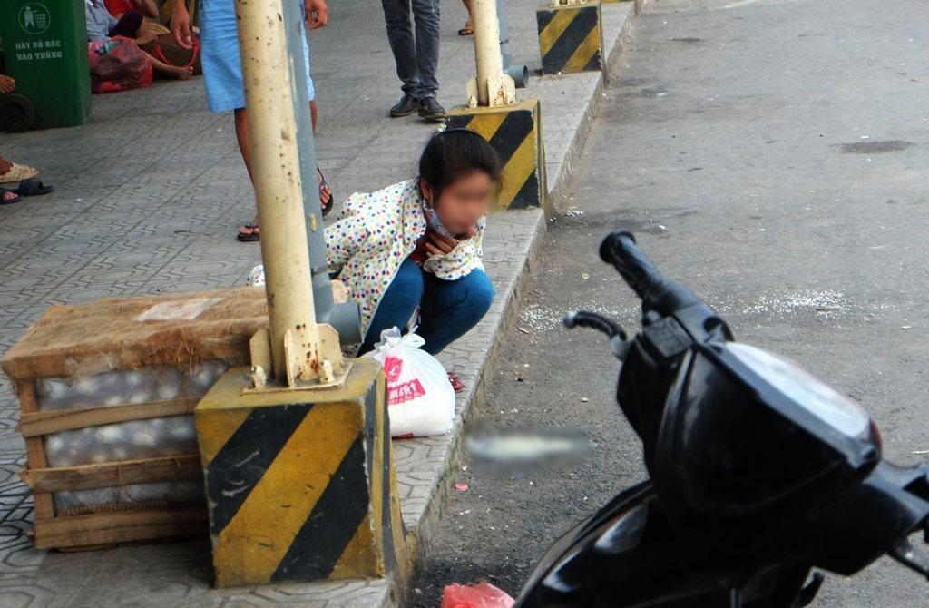 Kết thúc kỳ nghỉ lễ, người dân lỉnh kỉnh đồ đạc, mang theo trẻ nhỏ ùn ùn trở lại Hà Nội và Sài Gòn - Ảnh 7.