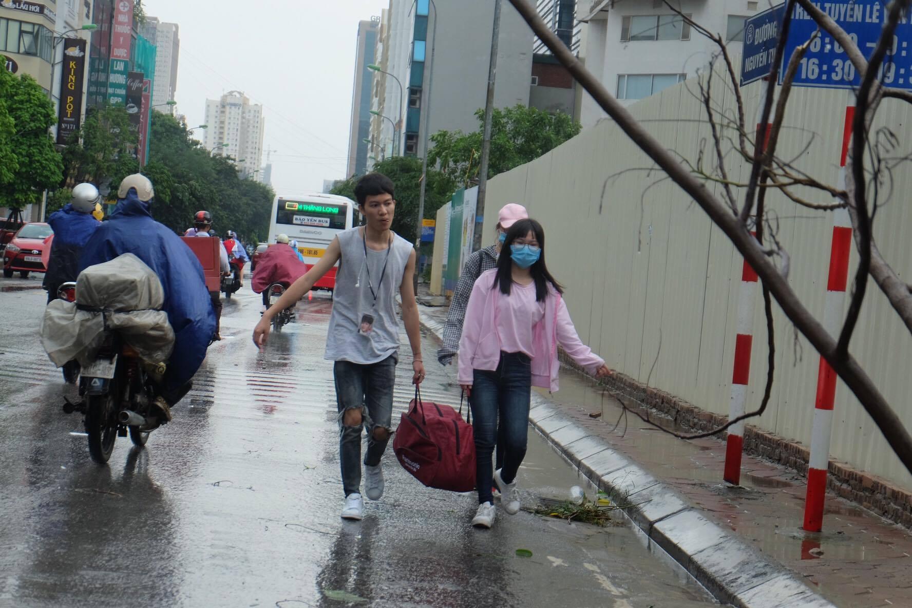 Người dân từ các tỉnh đổ về Thủ đô chật vật di chuyển trong mưa lớn sau kì nghỉ lễ kéo dài - Ảnh 16.