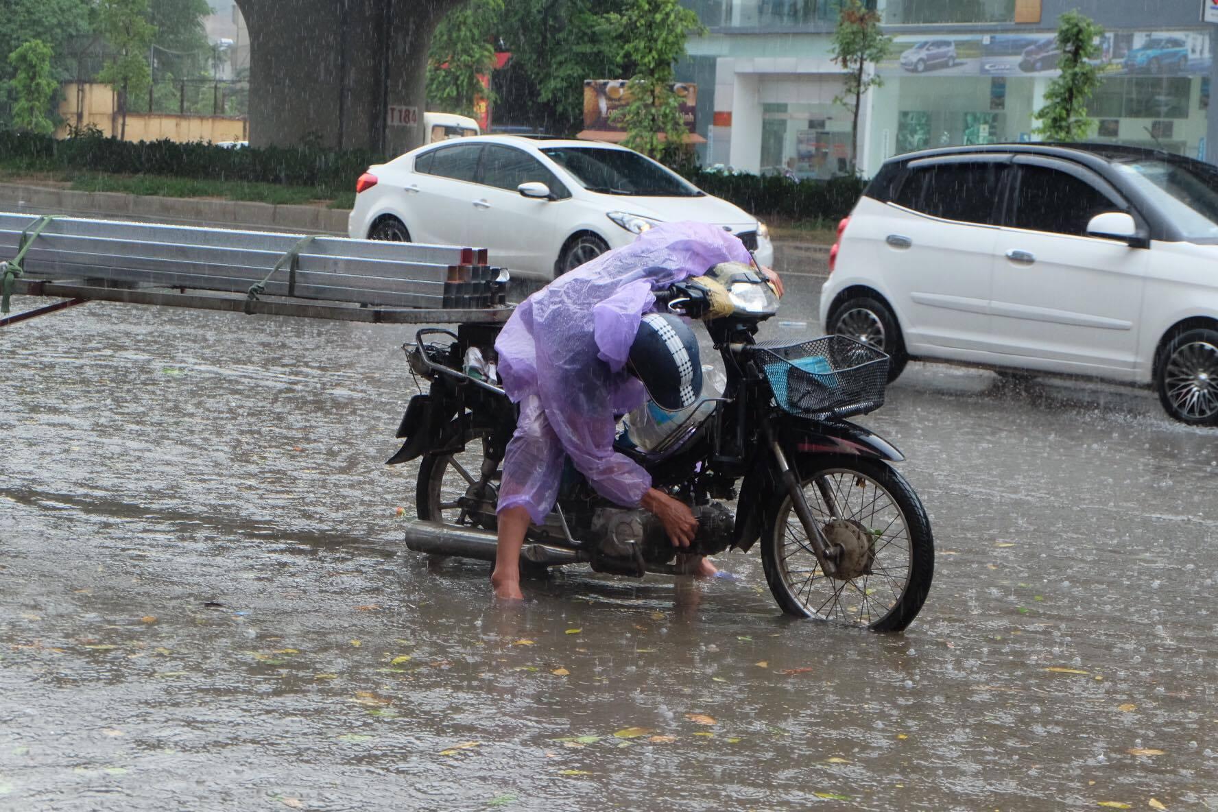 Người dân từ các tỉnh đổ về Thủ đô chật vật di chuyển trong mưa lớn sau kì nghỉ lễ kéo dài - Ảnh 7.